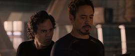 Stark y Banner descubren que Strucker fue asesinado
