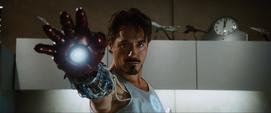 Tony y el guante de su armadura