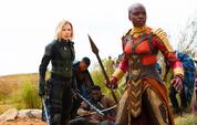 Romanoff y Okoye viendo a Thor