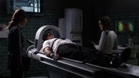 Skye observa cómo Coulson entra en la Máquina de frecuencia de ondas cerebrales Theta