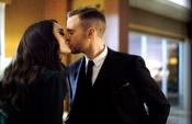 Aida besa a Fitz antes de reanudar su trabajo