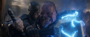 Rogers y Thor someten a Thanos