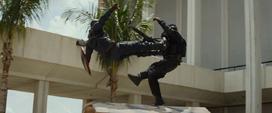 Capitán América golpea a un soldado