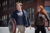 Capitan America y Natasha Romanoff en el puente