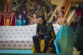 Loki viendo a Thor pelear contra Hulk