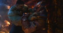 Hulk trata de someter a Thanos