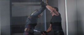 Rumlow y Rogers pelean en el ascensor