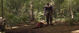 Thanos se acerca a una adolorida Wanda