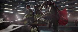 Thor esquiva ataque de Hulk