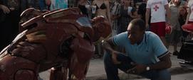 Rhodes le habla a Tony con armadura