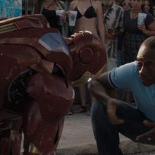 Rhodes le habla a Tony con armadura.png