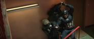Capitan America enfrentandose a unos policias - CW