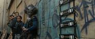Killmonger con un explosivo
