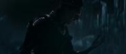 Loki mira su brazol volviéndose azul