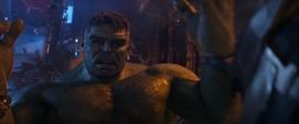 Hulk sorprendido por la fuerza de Thanos