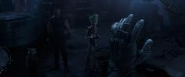 Thor y Guardianes ven un Guantelete