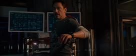 Stark poniéndose su armadura