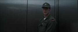 Rogers en el ascensor habla con la mujer