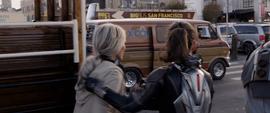 Hope y Janet a punto de entrar en la Van de Luis