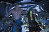 Gamora y Drax en la Milano mientras son atacados