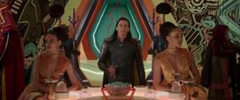 Loki llega al salón principal de la Arena de Sakaar