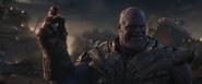 Thanos a punto de tronar los dedos para destruir el universo