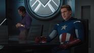 Capitan America en el Helicarrier con Banner atras