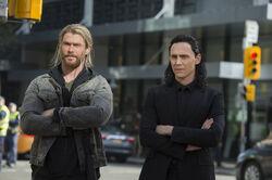 Thor-ragnarok-chris-hemsworth-tom-hiddleston.jpg