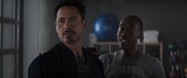 Stark y Rhodes hablan con el cartero
