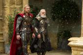 Thor y Odín caminando en Asgard
