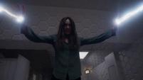 Aida se descontrola y usa sus poderes para escapar