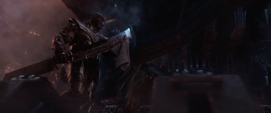 Thanos limpia su espada de doble filo