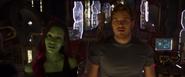 Quill y Gamora viendo las naves de los Devastadores