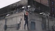 Barton le dispara a Loki