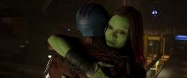 Gamora se queda abrazando a Nebula