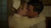 Sousa y Violet besándose
