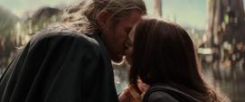 Thor y Foster se besan en Asgard