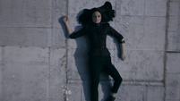 Aida impacta contra el suelo al ser lanzada del Triskelion