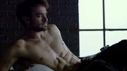 Murdock despierta en su habitación desordenada