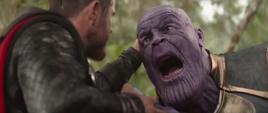 Thanos confrontado por Thor en Wakanda