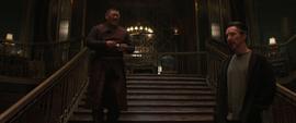 Wong y Strange en la escalera