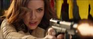 Romanoff apunta con un arma