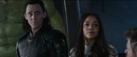 Loki y Brunnhilde escuchan a Thor