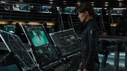 Hill viendo a Loki desde una computadora
