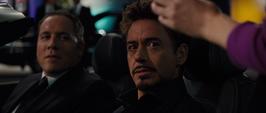 Stark y Happy en un auto