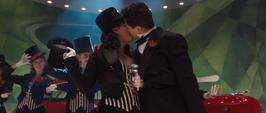 Stark besa una mujer