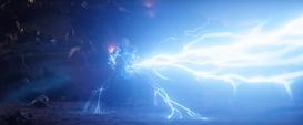 Thor lanza energía del Mjolnir y el Rompetormentas