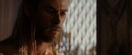 Thor se da una ducha