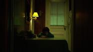 Un joven Matt en el apartamento de su padre