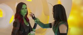 Gamora evita que Mantis la toque